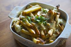 A recipe for Canada Day celebrations- vegan poutine, dairy-free and gluten-free. Vegetarian Dinners, Vegan Vegetarian, Vegetarian Recipes, Healthy Recipes, Paleo, Vegan For A Week, Happy Vegan, Poutine, Vegan Foods