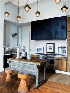 Gave lampen, vloer is goed en het idee van die keukenbank is handig. Geen plomp kookeiland wat je niet kan verplaatsen, maar een werkbank waardoor je wel extra werkruimte hebt, oude werkbanken en toonbanken kun je vinden bij www.old-basics.nl.