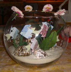 Het hoeft niet altijd een envelop met geld te zijn.. Leuk alternatief! Creative Gift Wrapping, Creative Gifts, Craft Gifts, Diy Gifts, Diy Presents, Little Gifts, Homemade Gifts, Decor Crafts, Wedding Gifts