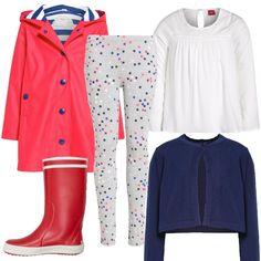 Look adatto ad una giornata di pioggia. impermeabile rosso molto bello con interno rigato stile marinaro sopra a leggins stellato, camicetta bianca e cardigan blu corto con un solo bottone e stivali in gomma rossi come il giubbotto.