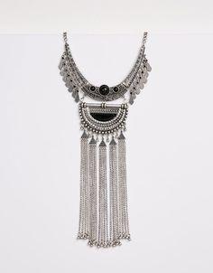 Kurze Boho-Halskette mit langen Fransen. Entdecken Sie diese und viele andere Kleidungsstücke in Bershka unter neue Produkte jede Woche