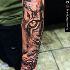 Los 10 Mejores tatuajes con significado Half Sleeve Tattoos Tiger, Tiger Face Tattoo, Tigergesicht Tattoo, Calf Tattoo, Tattoo Drawings, Tattoo Sleeve Designs, Tattoo Designs Men, Tattoo Sleeves, Hirsch Tattoo
