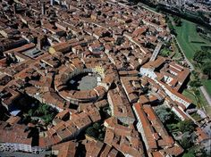 Piazza del Anfiteatro, Lucca, Italy Built on the ruins of a Roman arena. Turin, Rome, Emilia Romagna, Perugia Italy, Toscana Italia, Tuscany Italy, Lucca Italy, Milan, Holiday Places