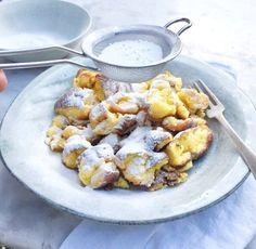 Ik maakte met een paar ingrediënten het lekkerste kaiserschmarrn recept. Dit Oostenrijkse toetje zonder rozijnen lijkt op pannenkoek maar is veel luchtiger.
