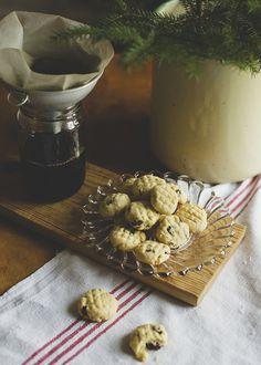 småkakor   Idag är det andra advent och vi fortsätter vår serie med juliga småkakor som vi gjort tillsammans med Tovelisa. Jag och Matilda har bakat och fotat och Tove har illustrerat receptet. Kakorna är inspirerade av klassiska korintkakor, fast vi bytte ut korinterna till russin och tranbär. Trevlig andra advent! Här hittar ni Toves fina blogg. …