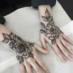 i have a thing for hand tattoos. Hand Tattoo Frau, Rose Hand Tattoo, Hand Tats, Rose Tattoos, Flower Tattoos, Body Art Tattoos, Sleeve Tattoos, Tatoos, Zeichnungen Von Tattoos