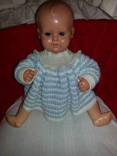Diese Puppe ist zimlich alt. Und hat blaue Augen.Da mit ihr gespielt wurde hat sie die üblichen gebrauchsspuren.Die auf den Bildern zu sehen sind.Bei fragen einfach anrufen.Tel.: 02192/8591345