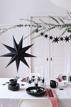 10 Stary ornaments for a chic Christmas (Daily Dream Decor) Hygge Christmas, Black Christmas, Christmas Mood, Noel Christmas, Modern Christmas, Holiday Mood, Coastal Christmas, Xmas Table Decorations, Scandinavian Christmas Decorations