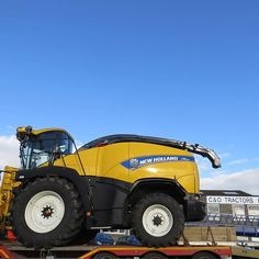 New Holland FR600 Forage Harvester on route to a customer on the Isle of Wight. #newholland #forageharvester #candoforagers