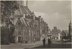 Klokhuisplein met een gedeelte van de Grote of Sint Bavokerk . Ziende vanuit de Lange Veerstraat naar het noorden, 1949