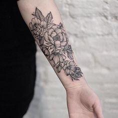 forearm tattoo-woman-flower-black-white - Tattoos und Piercings - Tattoo Designs For Women Piercing Tattoo, Piercings, Body Piercing, Diy Tattoo, Mehndi Tattoo, Henna, Tattoo Hip, Club Tattoo, Mandala Tattoo