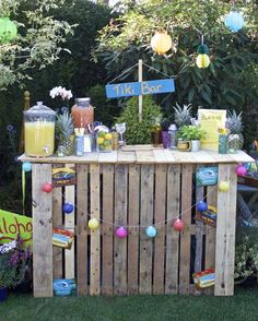 DIY Pallet Tiki Bar for Garden Party - Garten ideen 🌱 - Re-Wilding 21 Party, Tiki Party, Luau Party, Diy Party Bar, 40th Party Ideas, Summer Party Themes, Diy Bar, Festival Garden Party, Festival Themed Party