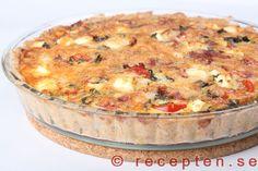 Salamipaj med fetaost - Mycket god Salamipaj med fetaost, röd lök, tomater och basilika. Enkelt recept att göra. Bilder steg för steg.