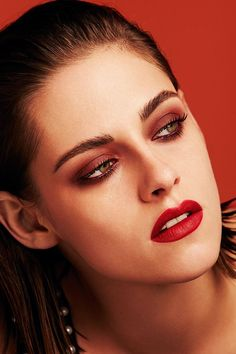 Schminken: Make Up Trends 2016 Red eyeshadow? Chanel's Lucia Pica is on it and makes Kristen Stewart completely red. What Chanel says, MUST become a trend! Rouge Makeup, Red Makeup, Beauty Makeup, Hair Makeup, Chanel Makeup Looks, Chanel Beauty, Chanel Chanel, Makeup Trends, Makeup Inspo