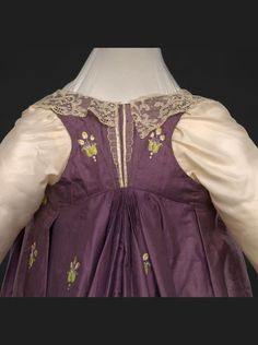 """""""Detail, French evening dress, Note how corsetry & the cut forced shoulders, arms back. exhibit 'An Agreeable Tyrant' Regency Dress, Regency Era, Vintage Outfits, Vintage Fashion, 18th Century Fashion, Empire Style, Fashion Plates, Fashion History, Evening Dresses"""