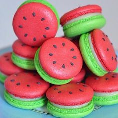 watermelon macarons yum prob won't be able to make but still cool huh omg omg omg Macarons, Macaron Cookies, Cream Cookies, Meringue Cookies, Pink Macaroons, Shortbread Cookies, Macaroon Recipes, Dessert Recipes, Healthy Desserts