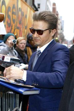 Jeremy Renner .. Taking time to sign some autographs b4 Letterman