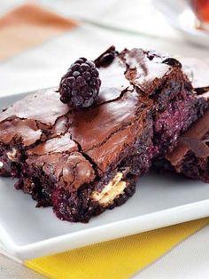 Böğürtlenli ve beyaz çikolatalı brownie Tarifi - Tatlı Tarifleri Yemekleri - Yemek Tarifleri