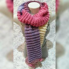 Cachecol tipo Gola, confeccionado em Lã, com Botão, pode ser usado como Gola fechando com botões no final do cachecol e dando duas voltas no pescoço ou como cachecol normal, soltando os botões.
