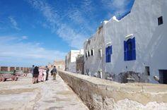マラケシュからバスで3時間、モロッコの港町エッサウィラへ。    エッサウィラは旧市街が世界遺産。 ヨーロッパの影響を受けた白い町並みが美しいです。  でもそれだけじゃない! 不思議と心が落ちつくエッサウィラの魅力を紹介します。  sponsored link    ◆世界遺産だけど観光地化されすぎずゆっくりできる  エッサウィラの町    こちら旧市街を囲む城壁。      街の規模も大きすぎず、かつ適度にツーリスティックな雰囲気が心地いい。 みっちり観光する事もなく、少し海沿いを散歩しては宿でコーヒー飲んでゆっくりする毎日。    エッサウィラの人はマラケシュやフェズの様なガツガツ感はなく  お土産屋さんも店員同士で話しをしてたりコーヒーを飲んでたり、、、 「売る気あるのか??」って感じ。笑  モロッコにしては珍しく「値札がついてる」店も多いので 価格交渉する必要もないし、マラケシュで値切るより安く買える場合もあります。  同じモロッコでもここまで変わるものかと驚いてしまいました。   ◆海鮮市場が面白い …