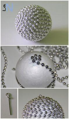 Haz tus propios adornos para el árbol de Navidad con bolas de porexpan y cadeneta: http://laneuronadelmanitas.blogspot.com.es/2013/11/bolas-para-el-arbol-de-navidad-vol-3.html