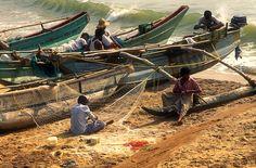 Playa con barcas de pescadores. Beach. Sri Lanka.  © Inaki Caperochipi Photography