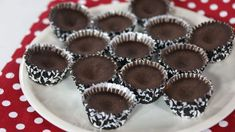 Faux frozen chocolate cups with carob powder, coconut oil and nut butter Frozen Chocolate, Chocolate Cups, Chocolate Molds, Great Recipes, Snack Recipes, Dessert Recipes, Veggie Recipes, Paleo Recipes, Snacks