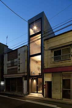 "Into Thin Architecture: House Makes Most of Narrow Lot Through Great ""Software"" - Architizer. This ultra-compact house is forcing designers to rethink the concept of urban living. Casa Tokyo, House Tokyo, Japanese Architecture, Interior Architecture, Tokyo Neighborhoods, Narrow House Designs, Compact House, Modern Tiny House, Building Facade"