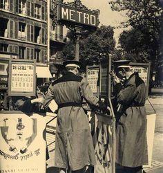 Albert Monier Les hommes sandwich, Paris, circa 1950. Tirage argentique d'époque, timbre sec. 25,7 x 23,9 cm.