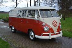 Volkswagen T1 bus fourgon  Année 1963   Livré neuf à Los Angeles ,USA   Importé en 2000 au Japon   Avec certificat d'exportation du Japon et document importation UE.   Le bus se trouve en très bon état et a été récemment repeint . Aucune rouille.   Le moteur de 1.6 tourne parfaitement.   Un intérieur très net.   Le véhicule pourra être vu et récupéré à Putten, Pays-Bas.  Les offres ne comprennent ni le transport ni l'export, sauf indication contraire.  C'est un véhicule d'occasion. Nous…