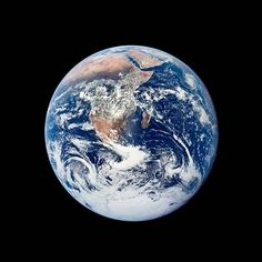 Ikoniksi kohonneen kuvan täydestä maapallosta ottivat Apollo 17 -kuulennon astronautit 7. joulukuuta 1972.