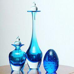 Garrafas de murano azul! Sinônimos de elegância e sofisticação!  A partir de 3x de R$ 46,00 só na #diorsidecor   Para comprar, acesse: www.diorsidecor.com.br WhatsApp (12) 9 9715 2022 comercial@diorsidecor.com.br  Condições especiais para arquitetos e decoradores!  #bemestar #decor #casa #home #house #decoração #arquitetura #primavera #tendencia #promoçaododia #natal #antecipa #kit #garrafa #murano #azul