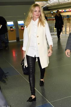 Celebrities In Leather: Margot Robbie wears black leather pants Airport Chic, Airport Outfits, Airport Style, Margot Robbie Style, Black Leather Pants, Street Chic, Star Fashion, Women's Fashion, Fashion Trends