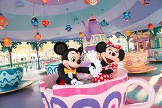 開園前の二人のデート。おおはしゃぎでティーカップをグルングルンまわそうとするミッキーにミニーが「もう~ミッキーってば!」