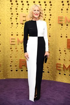 Catherine O'Hara in a custom Greta Constantine black-and-white gown on the Emmys 2019 red carpet Elie Saab Dresses, Zuhair Murad Dresses, Monique Lhuillier Dresses, Catherine O'hara, Catherine Zeta Jones, Dior Dress, Valentino Dress, Christian Siriano, Christian Louboutin