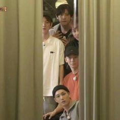 Exo mirando como suho y Lay se estan reconciliando :v Kyungsoo, Exo Chanyeol, Bts And Exo, Exo Kai, Exo For Life, Exo Lockscreen, Kpop Memes, Xiuchen, Exo Ot12