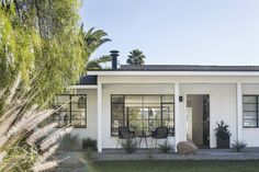 California Modern Ranch Style Homes Ranch Exterior, Exterior Remodel, Modern Exterior, Beach Bungalow Exterior, Traditional Exterior, Exterior Paint, Exterior Design, California Bungalow, California Homes