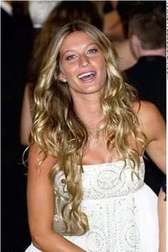 For this hairstyle, Gisele Bundchen has left her hair very long and curly. This celebrity looks romantic and sexy with this classy and cute style. The hair starts off straight at the top then starts to curl into these long lengths.Gisele's haircut is long.Her hair colour is a golden blonde.