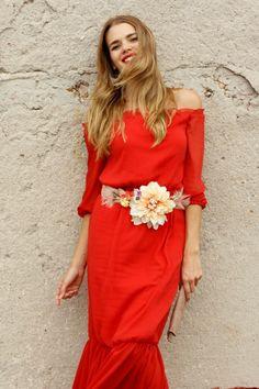 Vestido rojo con cinturón de flores