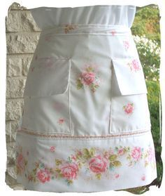 Cool Aprons and Creative Apron Designs - looks like a pillow case? Sewing Hacks, Sewing Crafts, Sewing Projects, Aprons Vintage, Vintage Sheets, Vintage Linen, Cool Aprons, Gardening Apron, Sewing Aprons