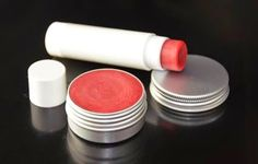 Recipe lip balm with raspberry powder Diy Lipstick, Natural Lipstick, Natural Lip Balm, Natural Makeup, Diy Natural Beauty Recipes, Diy Beauté, Dyi, Diy Lip Balm, Natural Cosmetics