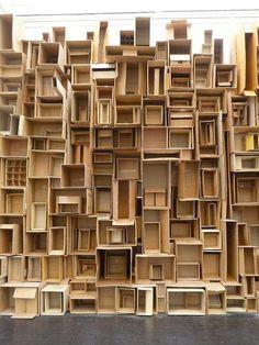 Esta montagem de caixas de cartão e de papel podia ser utilizada numa parede no interior da nossa biblioteca com o objectivo de decoração ou arrumação.