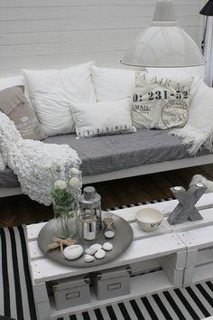 Buenísima idea de mesa con pallet pintado!