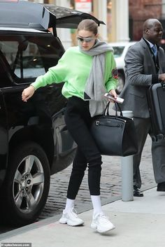 Gigi Hadid nails her off-duty style in a neon green jumper steps out in New York Grunge Look, 90s Grunge, Grunge Style, Grunge Outfits, Soft Grunge, Trendy Outfits, Fashion Outfits, Looks Gigi Hadid, Gigi Hadid And Zayn