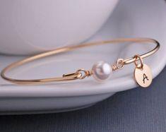 92f09928235f Personnalisé bijoux en perle idée cadeau par georgiedesigns sur Etsy Junio