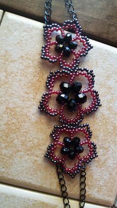 making beaded bracelets Beaded Jewelry Designs, Bead Jewellery, Handmade Jewelry, Jewelry Necklaces, Bracelet Patterns, Beading Patterns, Free Beading Tutorials, Armband Diy, Flower Bracelet