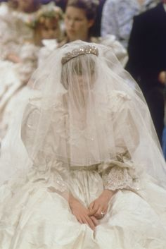 This looks like a bride who realized what a big mistake she just made. July Prince Charles marries Lady Diana Spencer in Saint Paul's Cathedral. Princess Diana Wedding Dress, Royal Wedding Gowns, Princess Diana Fashion, Royal Weddings, Wedding Dresses, Princess Diana Family, Lady Diana Spencer, Princesa Beatrice, Prinz Charles