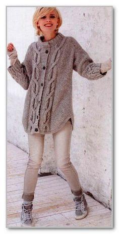 Вязание спицами. Однотонное молодежное пальто с рельефными узорами и рукавами 3/4. Размеры: M (L)