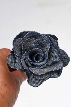 Repurpose your denim scraps from old jeans into a stunning denim flowers bouquet for your home. Or even make the denim roses into pretty napkin rings. Hair Bow Tutorial, Flower Tutorial, Denim Flowers, Faux Flowers, Denim Scraps, Ribbon Embroidery Tutorial, Fabric Roses, Giant Paper Flowers, Upcycled Crafts