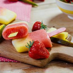 Mango & Strawberry Ice Lollies Wonderfully refreshing strawberry and mango ice lollies Ice Lolly Recipes, Healthy Popsicle Recipes, Ice Cream Recipes, Raw Food Recipes, Fun Desserts, Delicious Desserts, Dessert Recipes, Yummy Food, Healthy Desserts